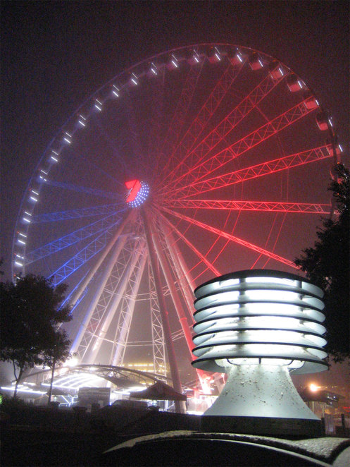 The Wheel of Brisbane in French colours on a foggy evening