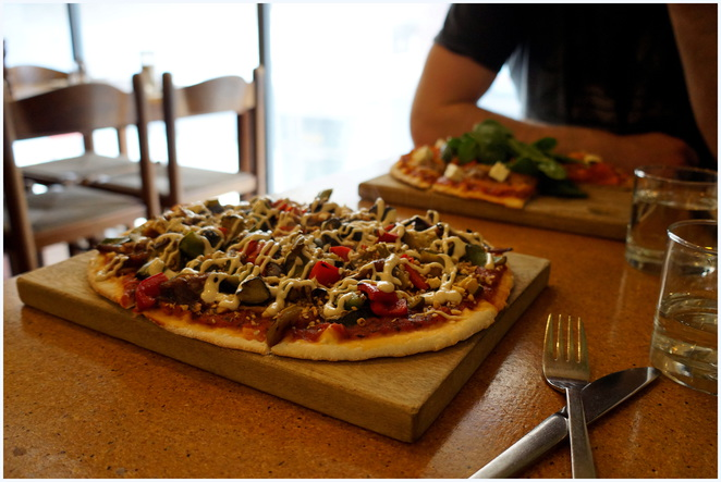 earth's kitchen, organic cafe adelaide, middle eastern spice pizza, vegan pizza