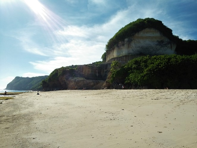 beach and cliff near banyan tree ungasan bali