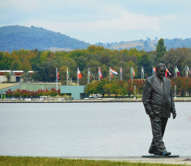 RG Menzies walk, pram walks in canberra, bike riding, running paths, central loop, bridge to bridge, ACT,