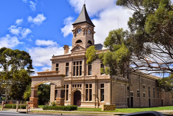 Wallaroo Heritage Trail, Tourist Drive 37, Wallaroo Jetty, Sonbern Lodge, Cornucopia Hotel, Wallaroo Town Hall,Wallaroo Railway Station, Heritage and Nautical Museum, Tipara Reef Lighthouse, Caroline Carleton