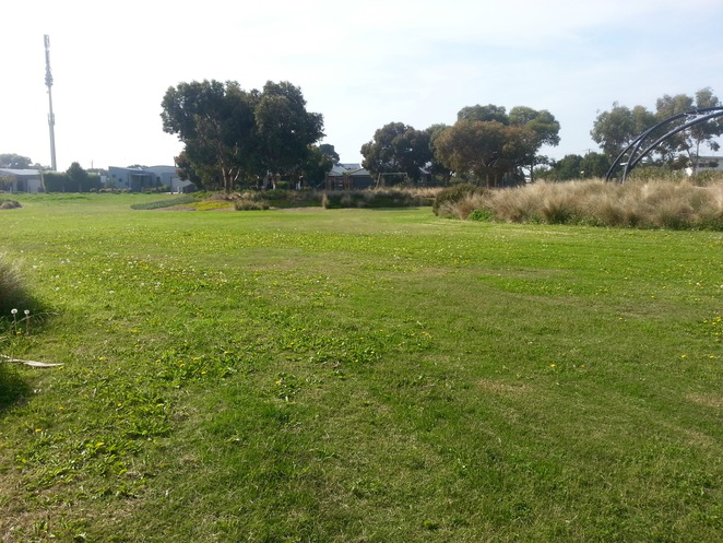 Seabank Estate, Seabanks, Seabank Drive, Barwon Heads, Park, Playground, Bellarine Playgrounds, seat, wooden seat, picnic area, picnic table, grass,