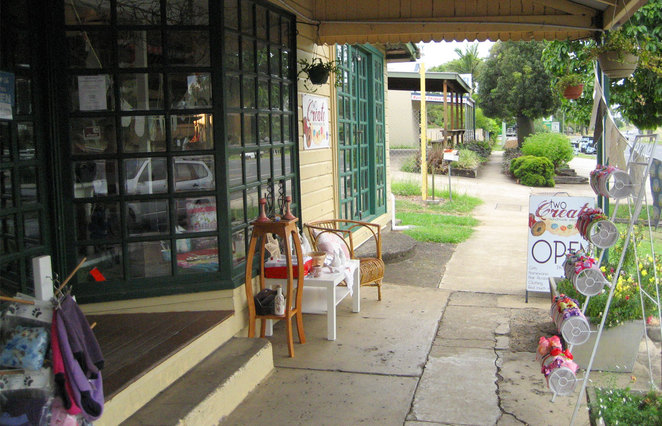 Aratula has several coffee shops, antique stores and a nice fruit market