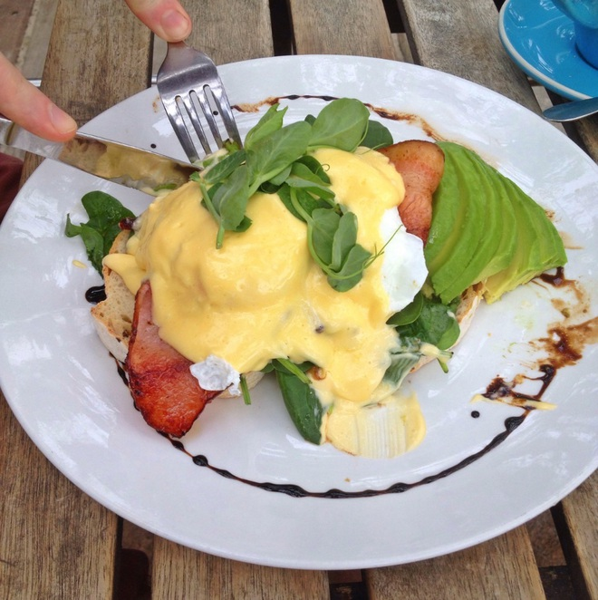 Eggs benedict hollandaise cafe