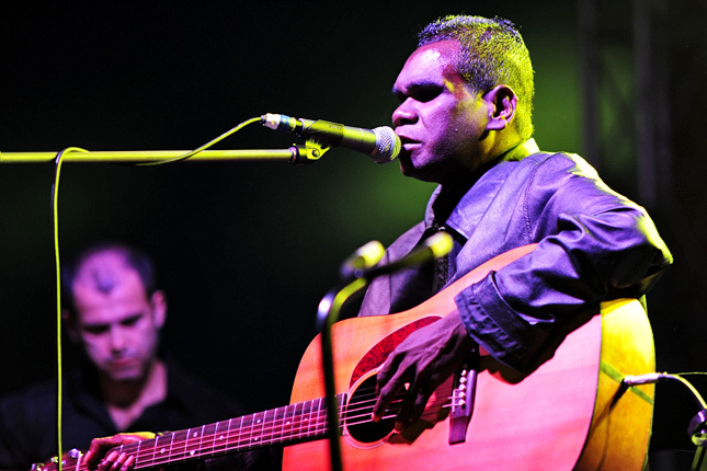 https://commons.wikimedia.org/wiki/File%3AGurrumul_Yunupingu_%40_Fremantle_Park_(17_4_2011)_(5648206079).jpg