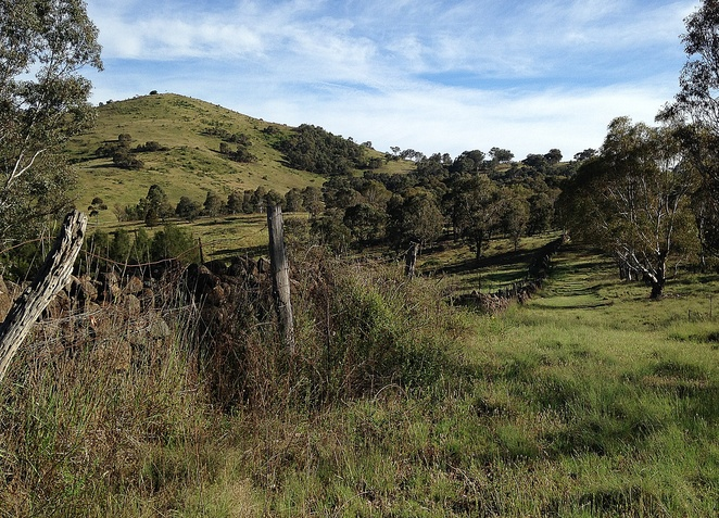 tuggeranong boundary wall, canberra, murrumbidgee discovery track, dry stone wall, stacked stone, ACT, historical sites,