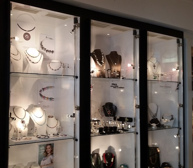 La Lucca is one of the chic boutiques has a huge range of jewellery, apparel and hats