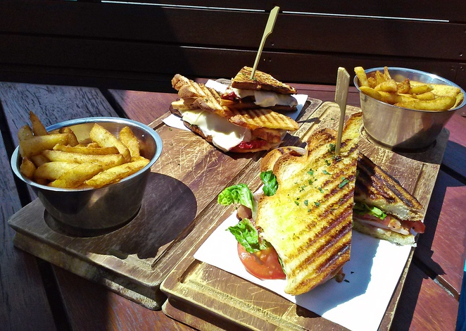 lighthouse pub, belconnen, lake ginninderra, canberra, beer garden, pub food, ACT, pubs with views,