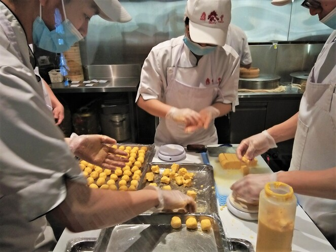 making dumplings at din tai fung melbourne