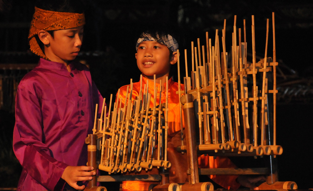 angklung a music instrument The music instrument of 'angklung' in general, traditional performing arts have three main genres first are the music or songs or melodies and its musical instruments second is dancing or a variety of body movements or gestures and the third is theatre a collaborative form of fine art that uses live performers to present the [.