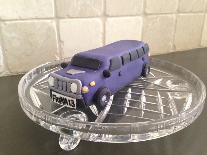 limo hire, showtime limos, purple limo, limo cake topper