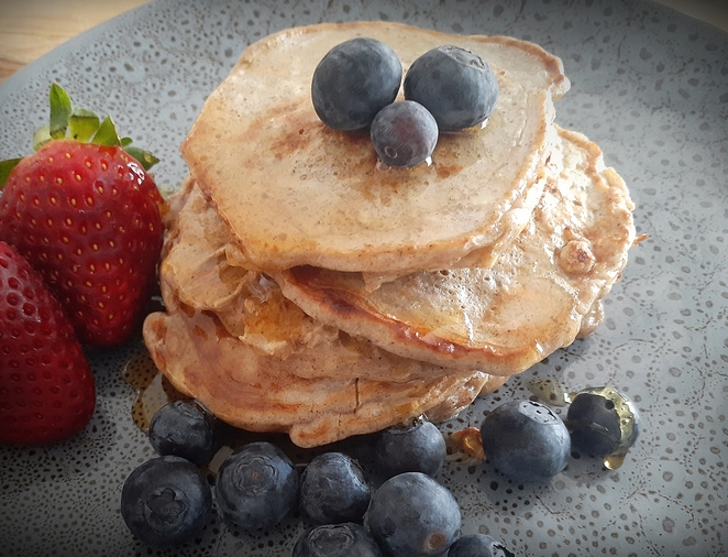 oat and cinnamon pancakes, oats, cinnamon, pancakes, honey, blueberries, strawberries, oat and cinnamon pancakes, recipes, easy, healthy,
