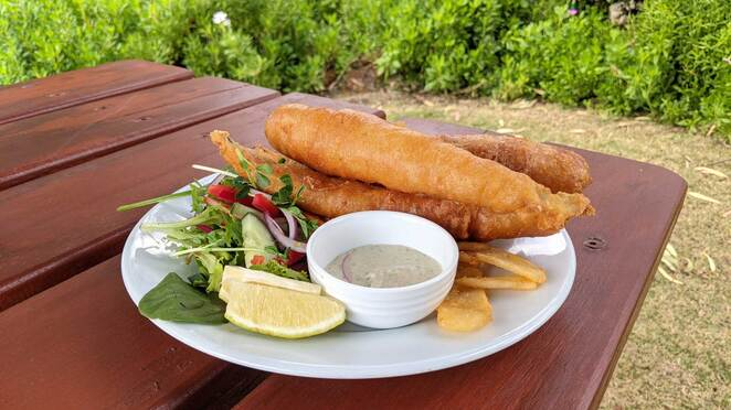 overland corner hotel, fish and chips, pub, food, wine, beer, riverland, outdoor dining, heritage