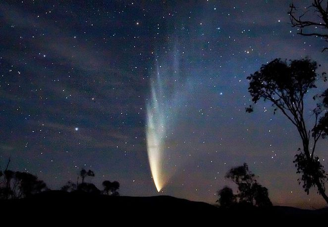 Photo of a comet courtesy of Soerfm @ Wikimedia Commons
