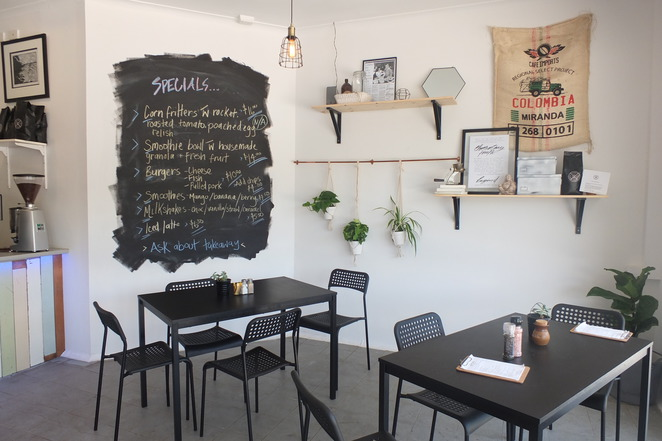 Backstreet Cafe, Buderim, reasonably-priced menu, breakfast, lunch, everything in between, indoor and outdoor seating, Lemon Tree Lane, free wi-fi, coffee, burgers, fish and chips, eggs benny, muffins