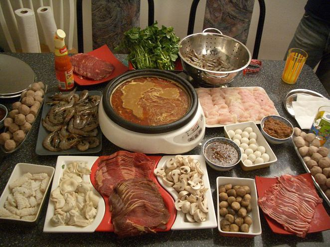 Chinese Hot Pot: Cook the ingredients yourself. Photo: Chensiyuan (Wikimedia Commons)