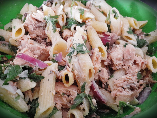 salmon and parsley pasta salad, salmon, tinned salmon, parsely, fresh parsley, pasta salad, red onion, mayonnaise, lemon juice, easy, quick, healthy, lunch, cold, work,