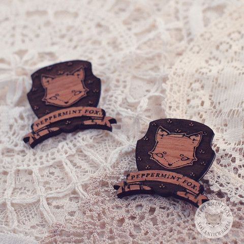 crests, wooden, brooches