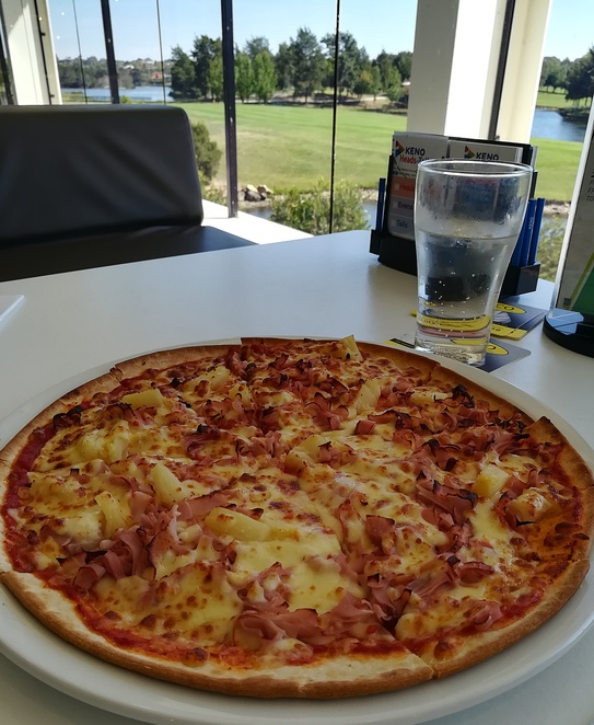 aromas, pizza, ham and pineapple, gungahlin lakes, club, ACT, pizza and burgers, views, gungahlin lakes golf club,