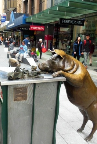 Oliver the bronze pig at rundle mall