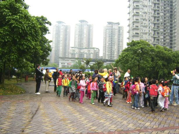 Local children visit Chongqing zoo