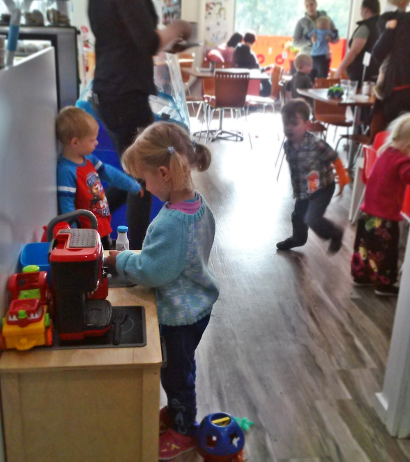 tommy and me cafe, macgregor, ACT, canberra, family friendly, craft, cupcake decorating,