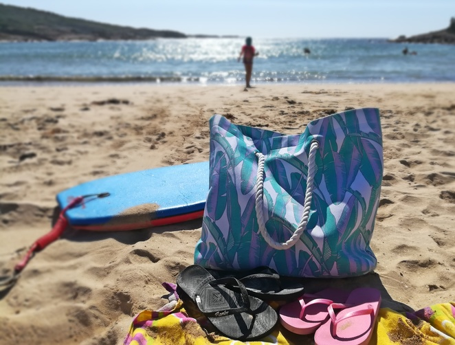 what to put in your beachbag, beaches, best beaches in sydney, going to the beach with kids, essential items, families, beaches, kids, children, suncream, hats, things to do, summer, beach bags, tips, tips of what to take in a beach bag, going to the beach with kids, hints, sydney, australia, NSW,