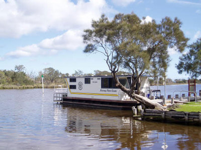 Image is from Mandurah Houseboats website.