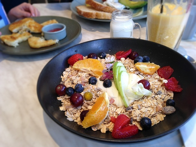 milligram cafe, canberra, tuggeranong, greenway, organics, breakfast, muesli, ACT, fruit, brunch,