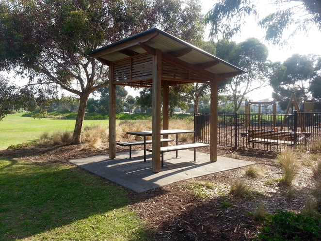 Seabank Estate, Seabanks, Seabank Drive, Barwon Heads, Park, Playground, Bellarine Playgrounds, seat, wooden seat, picnic area, picnic table,