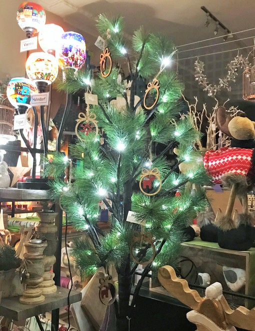 christmas, windows, display, festive season, healesville, yarra valley, shopping, lights, glendas candle gifts