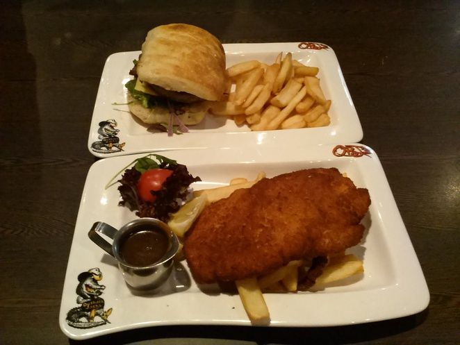 Angus burger, lunch chciken schnitzel, Outback Jacks, Belconnen. ACT, family friendly restuarants Canberra