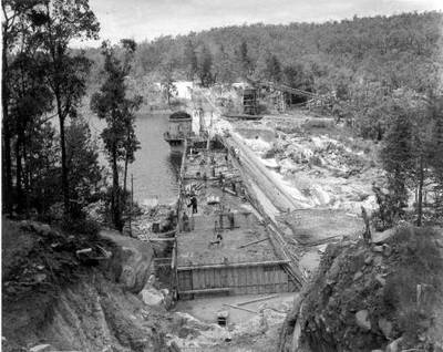 Mundaring Weir under construction. Image is from Wikimedia Commons (originally from the Golden Pipeline website).