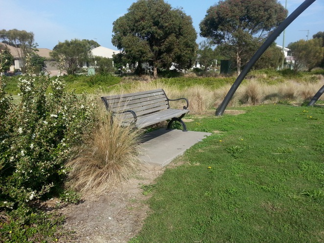Seabank Estate, Seabanks, Seabank Drive, Barwon Heads, Park, Playground, Bellarine Playgrounds, seat, wooden seat, picnic area, grass, seating,