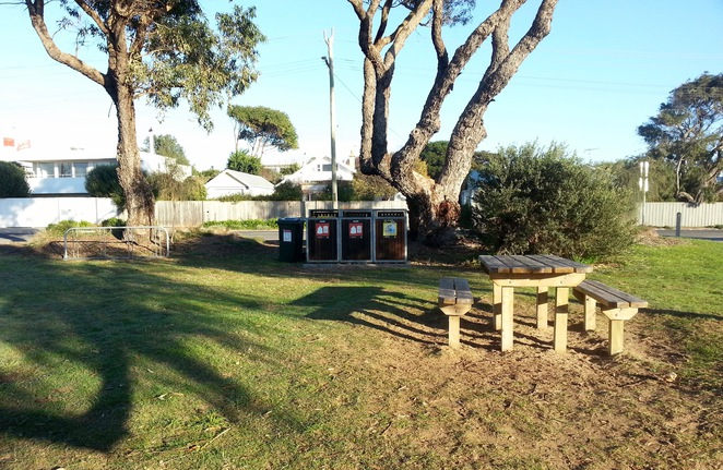 Barwon Heads Park, Rubbish bins, bike racks