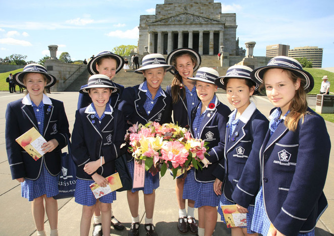 school kids at shrine of remembrance