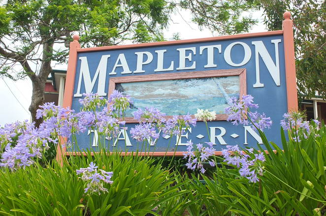 Mapleton Tavern, Mapleton, light bites, salads, burgers, seafood platters, potted Guiness pies, micro meals, crumbed Dory, popular with locals and tourists, edge of Blackall Range, 400 metres above sea level, views from Noosa to Maroochydore, historical Australian pub