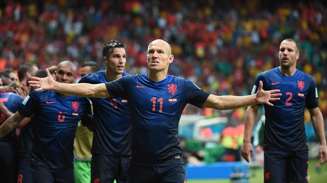 Netherlands' forward Arjen Robben (C) celebrates scoring a goal