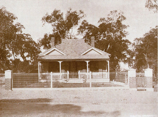 The brand new ANZAC Cottage in 1916 built in one day.