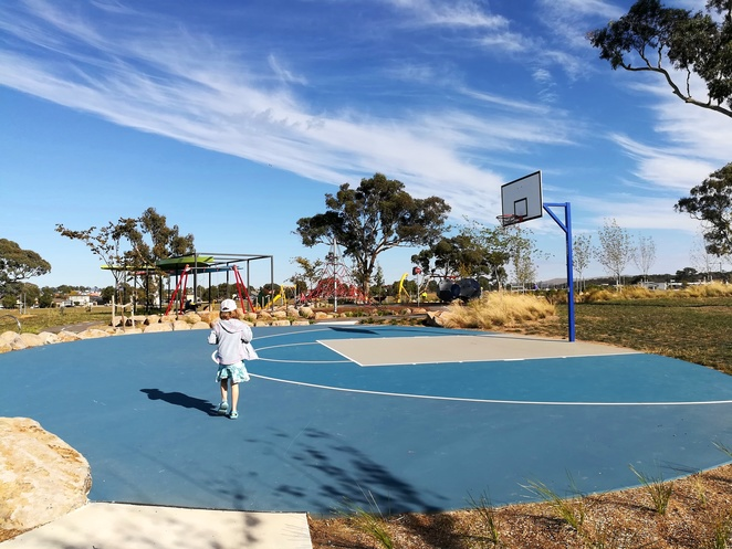 throsby park, gungahlin, canberra, basketball courts, ACT, outdoor basketball courts, free, playgrounds, gungahlin, best park, best playgrounds, school holidays,