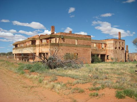 Ruins of the Big Bell Hotel. Image courtesy of Calistemon / Wikimedia Commons